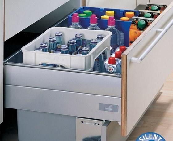 Dvojitá zásuvka je prohloubená až do soklu, lze do ní ukládat vysoké láhve i