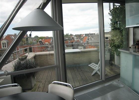 Z kuchyně lze vyjít na příjemnou terasu s výhledem na město.