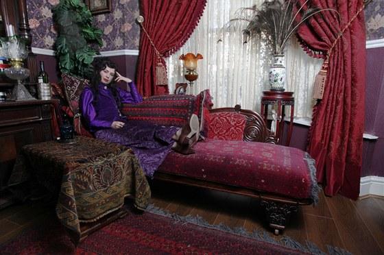 Někomu se může zdát její viktoriánský interiér příliš tmavý a přeplněný. Julia,