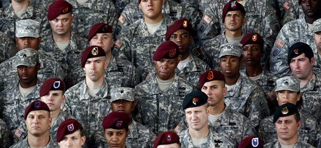 Vojáci na základně Fort Bragg naslouchají Obamově projevu (14. prosince 2011)