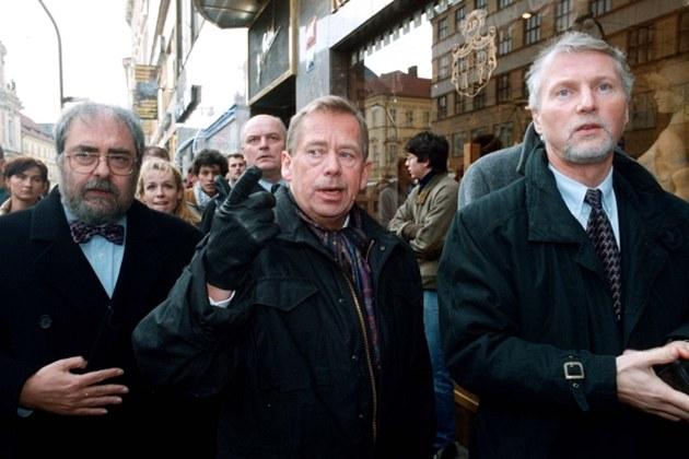 Vladimír Hanzel (vlevo), Václav Havel a Ladislav �pa�ek (vpravo) v roce 1999 na