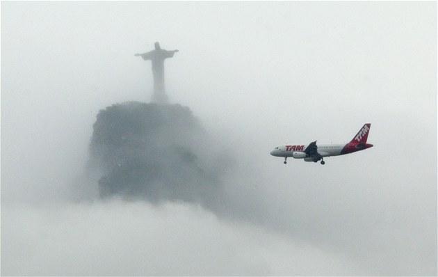 Letadlo brazilské spole�nosti TAM míjí symbol Ria de Janeiro. Tamní...
