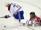 Z�CHRANN� BRZDA. Obr�nce New Jersey Devils Bryce Salvador sko�il pod nohy