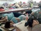 Pauzu na oběd tráví mnoho čínských dělníků krátkým odpočinkem