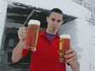 Číšník Tomáš Seidl s pivem na Luční boudě v Krkonoších, kde má vzniknout