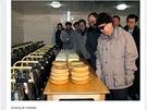Kim Čong-il kouká na sýr.