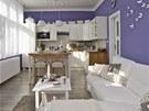 Dominantou obývacího prostoru je kuchyňská linka ve stylu Provence. Kuchyňský