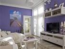 Dvoupokojovému bytu vévodí levandulová barva. Nábytek a doplňky sjednocené do