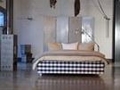Rámová postel Hästens v moderním loftu