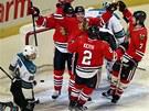 Hokejist� Chicaga se raduj� z v�t�zn�ho g�lu v z�pase se San Jose.