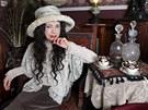 Julia Woodová usrkává čaj z porcelánových hrníčků z roku 1890, které koupila za