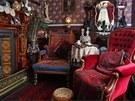 Ve společenském salonku je krb obložený mahagonem a pohodlná čalouněná křesla.