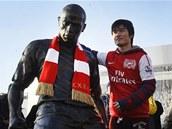 FOTKA SE SOCHOU. Fanoušek Arsenalu se nechává vyfotit vedle sochy legendy klubu
