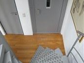 Kromě výtahu nechybí v domě ani schodiště.