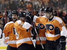 Usm�vav� hokejist� Philadelphie slav� g�l. Vpravo je Jarom�r J�gr.