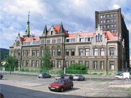 Boční pohled na starous právní budovu Spolchemie. Za ní se vypíná nová.