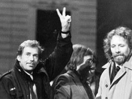 Brno, leden 1990: Václav Havel, Ladislav Kantor a divadelník Petr Oslzlý (vpravo) v porevoluční euforii
