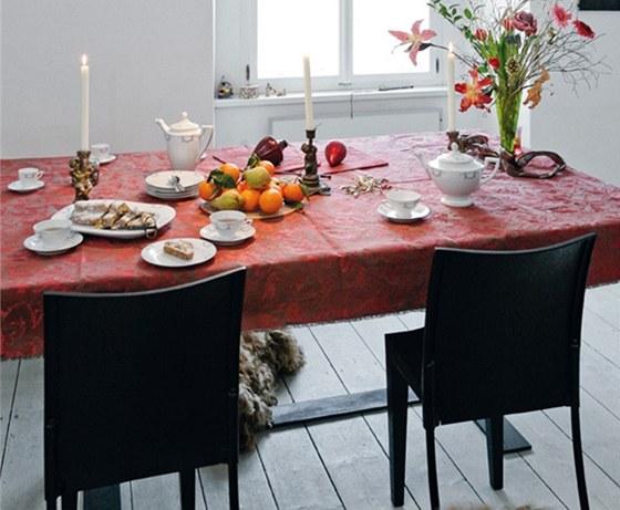 K velkému stolu na míru se vejde i deset osob. Brokátový ubrus a servis po