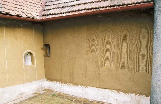 Hliněná omítka z Lysovic u Vyškova s typickým vlnovkovitým dekoračním prvkem