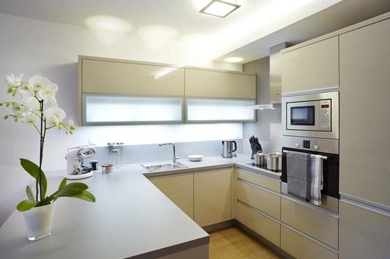 Kuchyňská linka je v krémovém odstínu, který je obvyklý pro klasický styl. Díky