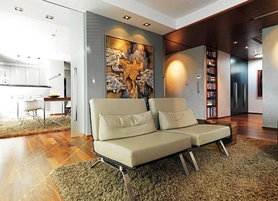 Šedá barevnost stěn nechává vyniknout výtvarným dílům.