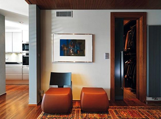 Jedna ze dvou šaten s posuvnými dveřmi v šedé barvě