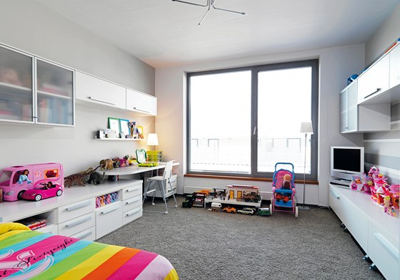 Nábytek v pokoji sedmileté dcery nese značku Locco.