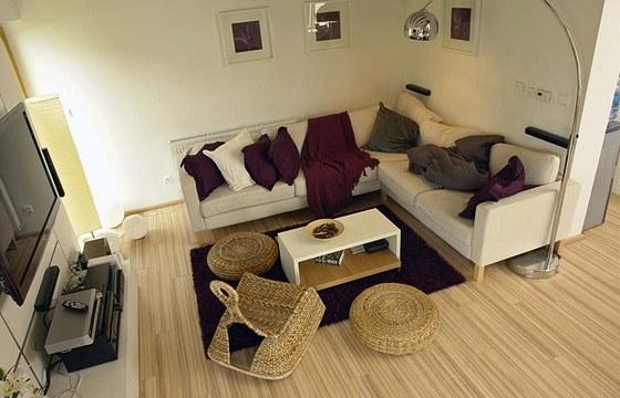 Společný obývací prostor má odolnou laminátovou plovoucí podlahu, která neklade