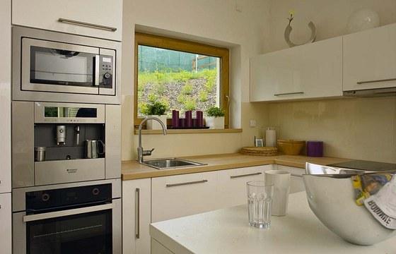 Kuchyň z bíle lakovaných MDF desek z Ikey, majitel ji vyhodnotil jako