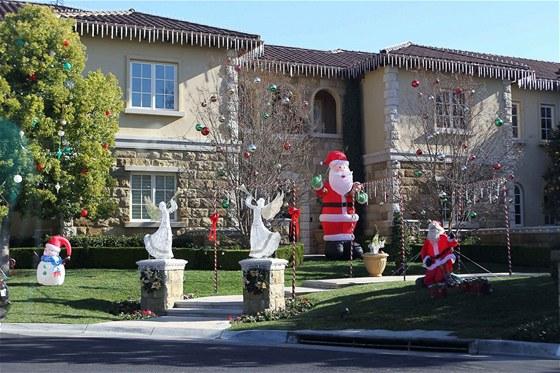 Vstupní bránu zdobí dva andělé. Hosty i rodinu vítá obří Santa Claus.