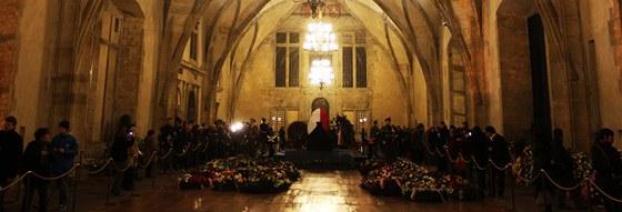 Lidé se loučí s exprezidentem Václavem Havlem ve Vladislavském sále Pražského