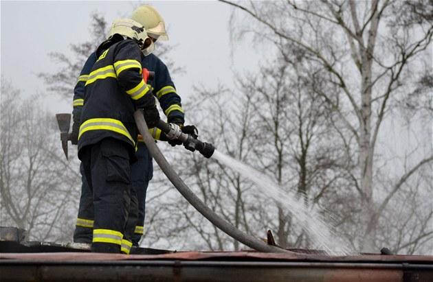 Hasi�i likvidují po�ár gará�e ve Franti�kových Lázních, uvnit� objevili mrtvého