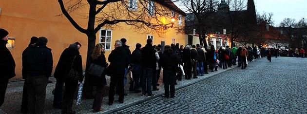 Fronta lidí, kte�í cht�jí vzdát hold Václavu Havlovi, se ve �tvrtek odpoledne