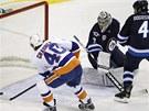 KDE SE TAM VZAL?  Michael Grabner (vlevo)  z NY Islanders snadno p�ekon�v�