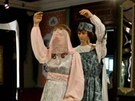 Popelka tančí s princem ve Svatební komnatě.