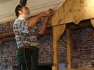 Řemeslníci vyrábějí kulisy statku, na kterém Popelka žila s macechou.