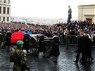 Lafeta s ostatky b�val�ho prezidenta V�clava Havla proj�d� Hrad�ansk�m