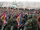 Vojáci nesou na Hradě historické zástavy během smutečního ceremoniálu k úmrtí