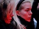 Hned za autem šla vdova Dagmar Havlová s dcerou Ninou. Byly středem pozornosti.