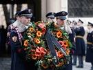 Vojáci Hradní stráže při smutečním ceremoniálu s věncem od dcery Dagmar Havlové