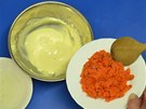 K sýru přidejte na drobno pokrájené kousky lososa a do této směsi vmíchejte ve