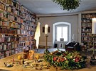 V knihovně, která obsahuje přes 4 000 svazků, se skvěle čte v křesle od