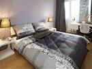 Ložnice je jediným místem, kde se objevuje výraznější dekor ve stylu new