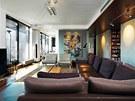 Obývací pokoj lze oddělit od jídelny posuvnými skleněnými dveřmi.