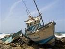 Rybářská loď, které dodnes dlí na útesu poblíž šrílanské Tangally.