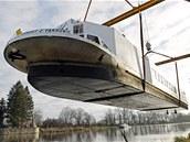 V Přelouči vyzdvihli jeřábem z vody loď Arnošt, povezou ji na opravu.