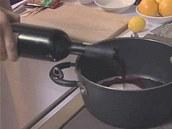 Část vína přilijte do kastrůlku s cukrem.