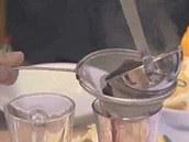Hotové svařené víno přes sítko nalijte do sklenic.