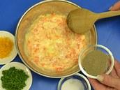 Směs dochuťte solí, pepřem a bylinkami, přidat můžete i trochu strouhané