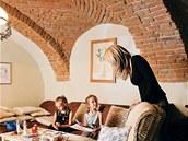 Obývací pokoj s televizí má krásnou původní klenbu, využívají jej především